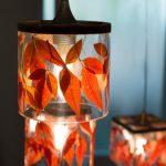 אורית - עיצוב באור - גופי תאורה תלויים - יציקת גוף תאורה בחומר אפוקסי קריסטלי שקוף בשילוב עלים טבעיים - 9 על 9 סמ