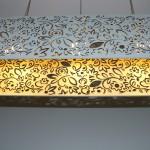 גופי תאורה מעוצבים-גופי תאורה תלויים-עשוי מעץ צבוע,שילוב אורנומנטים בחיתוך לייזר-מידות:80 על 25 על 20