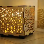 גופי תאורה מעוצבים-גוף תאורה שולחני-עשוי מעץ שילוב אורנומנטים בחיתוך לייזר-25 על 25 על 25