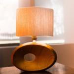 גופי תאורה מעוצבים-גוף תאורה שולחני-אהיל מליפוף חוט טבעי,מעמד מחרס דמוי עץ
