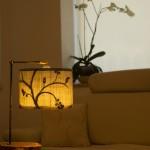 גופי תאורה מעוצבים-גוף תאורה שולחני-אהיל מבד רקום,מעמד ממשטח מעץ זית ועמוד מתכת