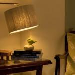 גופי תאורה מעוצבים-גוף תאורה שולחני-אהיל מליפוף חוט טבעי,מעמד ממשטח מעץ זית ועמוד מתכת
