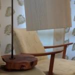 גופי תאורה מעוצבים-גוף תאורה שולחני-אהיל מחומר פולימרי בהדפס דמוי עץ,מעמד ממשטח מעץ זית ועמוד מתכת